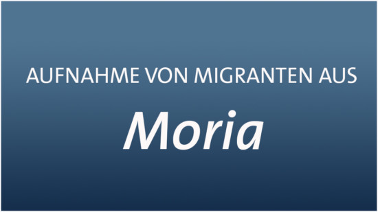 Symbolfoto mit Text: Aufnahme von Migranten aus Moria